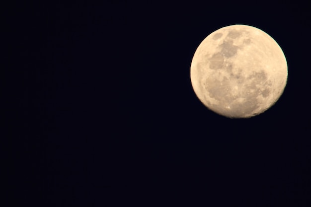 Lua cheia no céu escuro