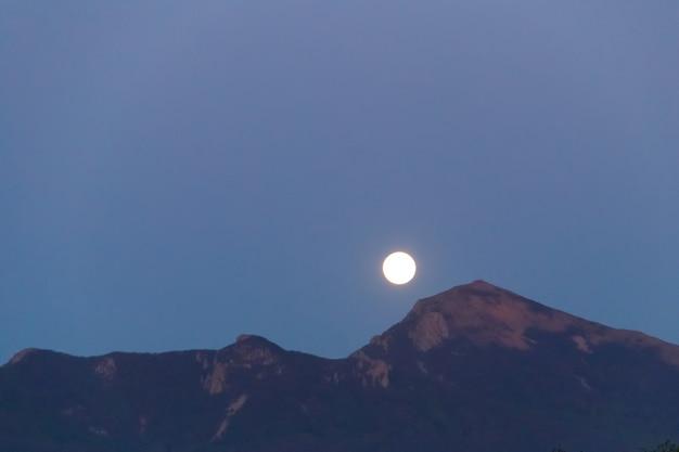 Lua cheia sobre a montanha