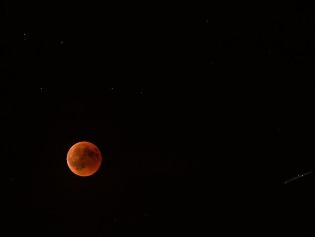 Lua cheia vermelha do eclipse lunar.