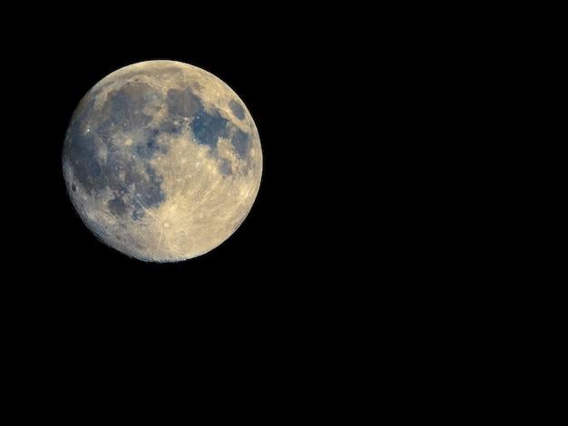 Lua cheia vista com telescópio, cores aprimoradas