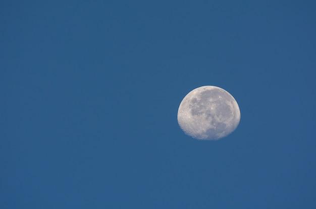 Lua com céu azul