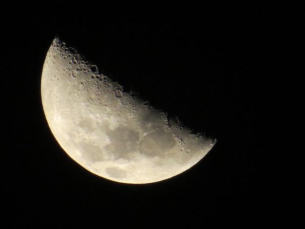 Lua crescente à noite