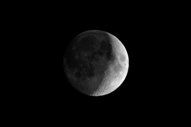 Lua crescente crescente vista com telescópio