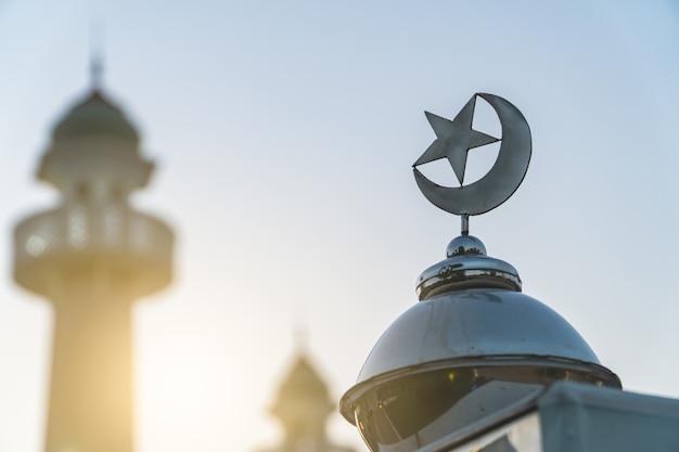 Lua crescente e estrela em um prédio
