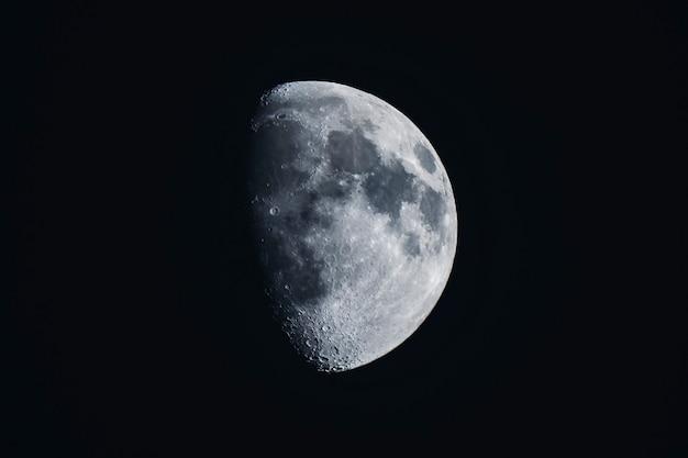 Lua crescente em um céu negro