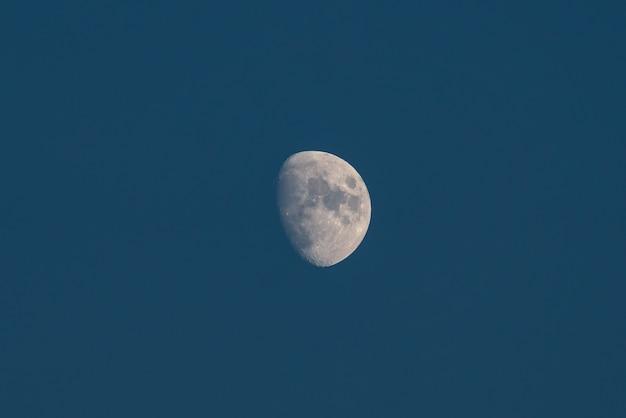 Lua crescente no céu noturno escuro