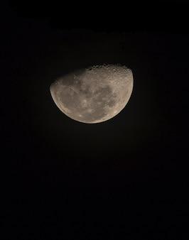Lua crescente, olhando para o céu da tailândia