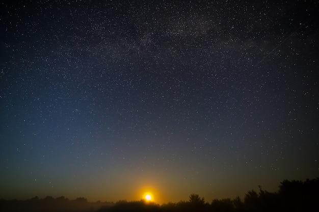 Lua do céu estrelado à noite.