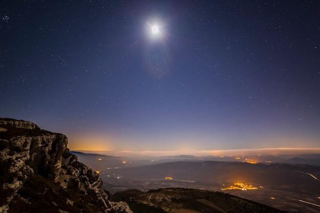 Lua e montanhas na serra del montsec, lleida, espanha
