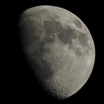 Lua gibosa vista com telescópio