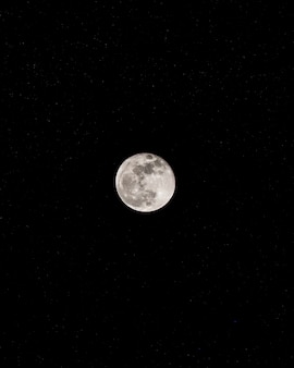 Lua no céu escuro