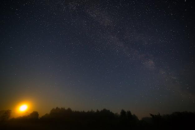 Lua no fundo do céu da noite estrelada.