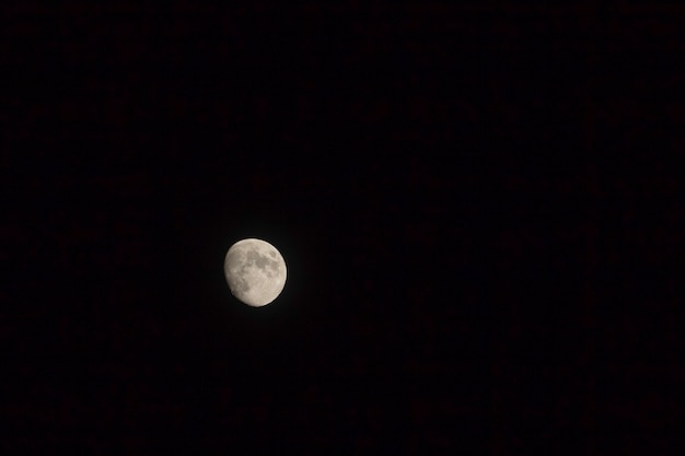 Lua no fundo preto escuro fotos noite com espaço da cópia.