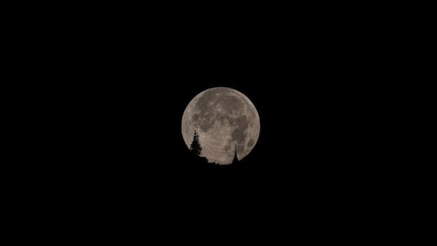 Lua nublada se põe em doi suthep