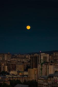 Lua sobre o centro de tbilisi