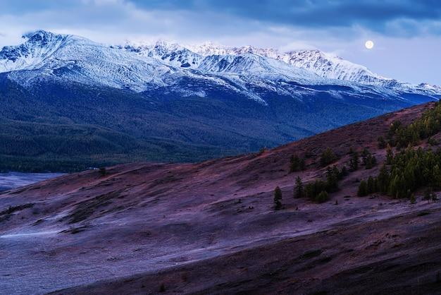 Lua sobre o cume chuysky do norte, trato eshtykel antes do amanhecer. rússia, montanha altai