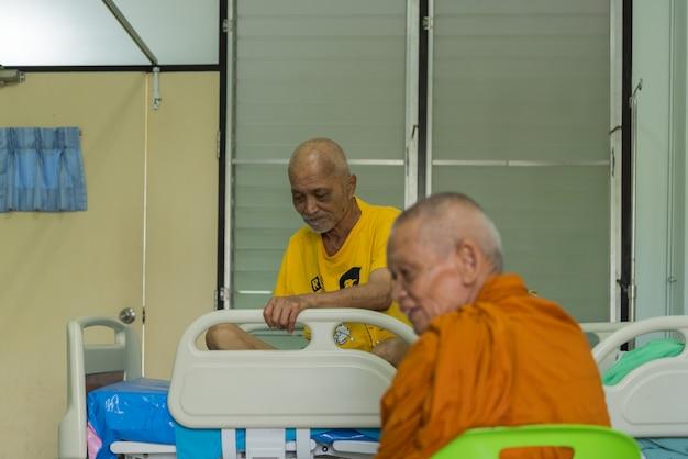 Luang pu ong thawaro vem visitar paciente com câncer