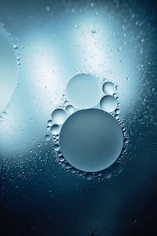 Lubrifique com bolhas no fundo azul escuro. abstrato.