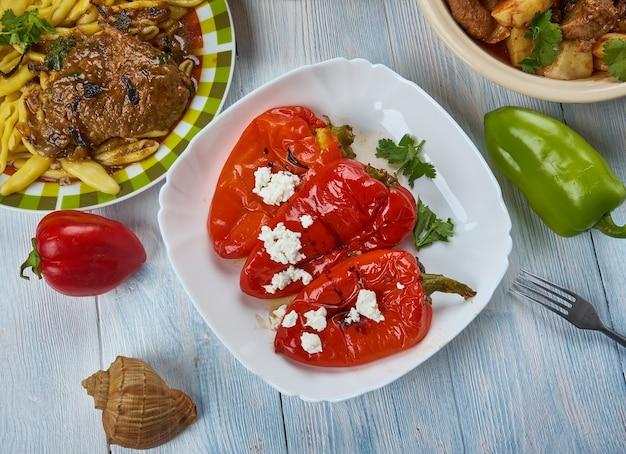 Lucene paprike, pimentos com alho, cozinha balcânica, pratos tradicionais variados, vista de cima.