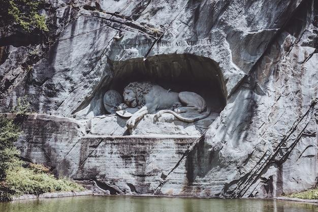 Lucerna, suíça - 3 de julho de 2017: monumento ao leão moribundo de lucerna, suíça