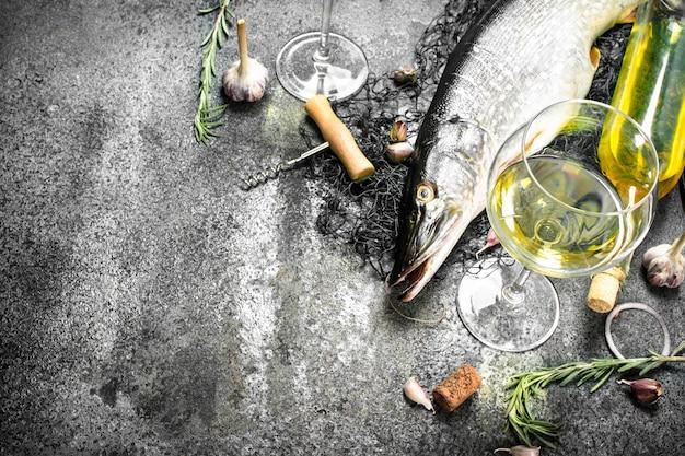 Lúcio fresco não preparado com vinho branco.