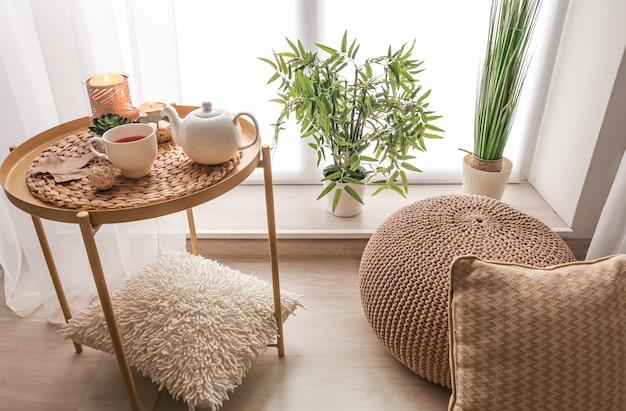 Lugar aconchegante para descanso com uma xícara de chá na mesa perto da janela do quarto