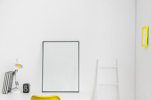 Lugar branco para ocupações com quadro branco e escada