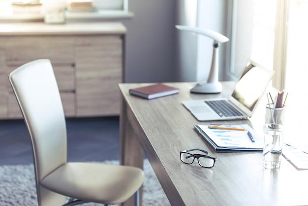 Lugar confortável e leve para as pessoas que trabalham em casa.