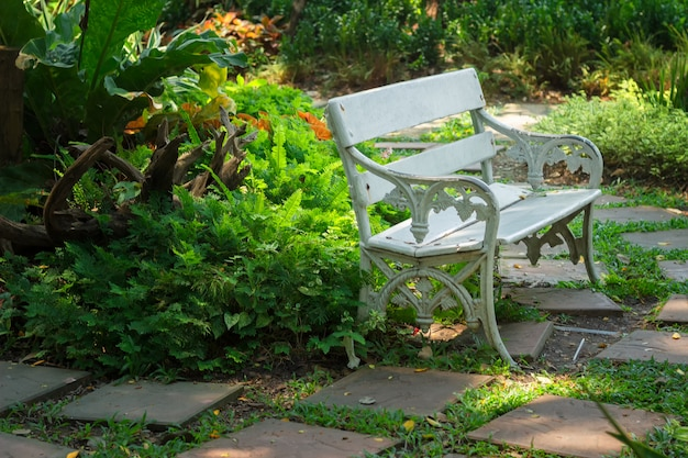 Lugar de descanso, cadeira branca no jardim