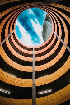 Lugar de estacionamento em espiral, fundo de arquitetura
