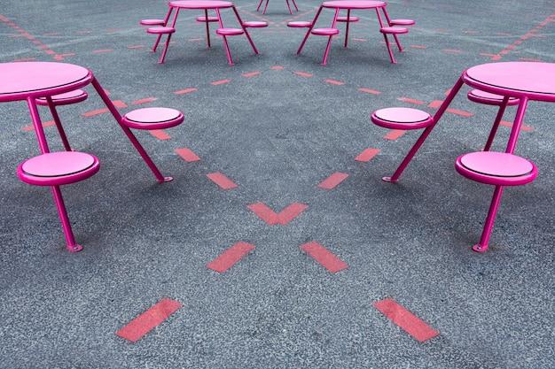 Lugar de festa, café na rua. há mesas, cadeiras em lugares marcados na calçada.