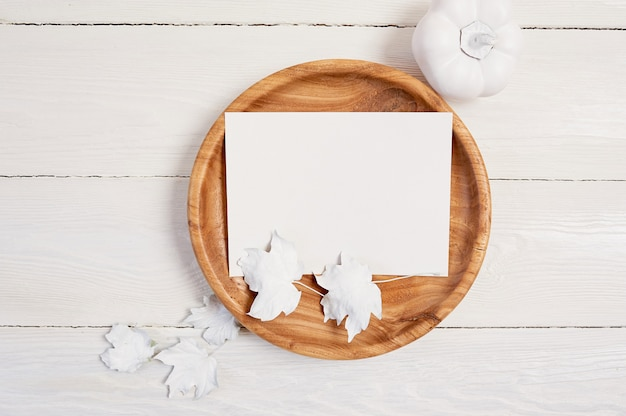 Lugar de madeira com a folha de papel branca.