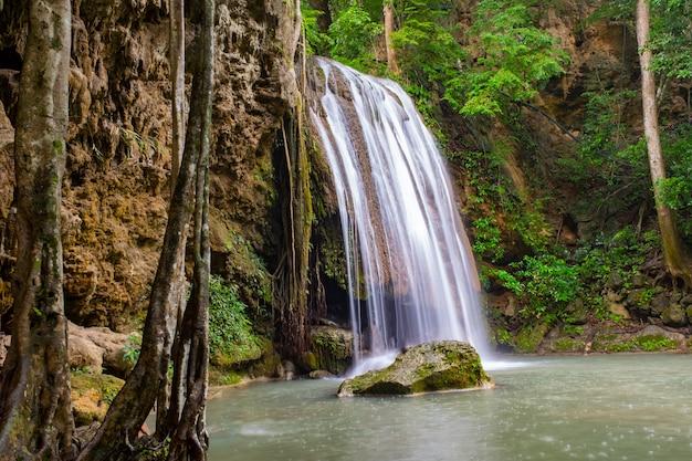 Lugar famoso na tailândia (queda de água arawan)