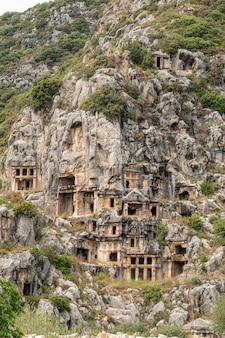 Lugar histórico . tumbas lycian escavadas na rocha em demre, myra, turquia
