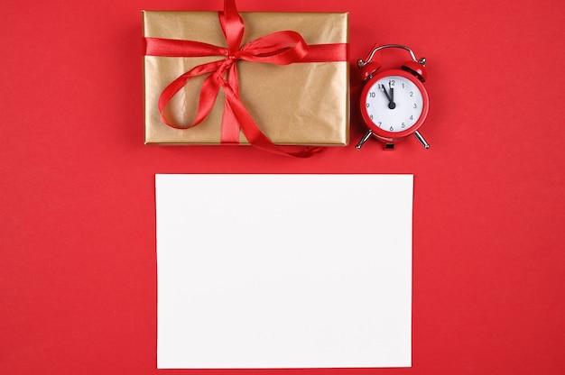 Lugar para uma inscrição em um fundo vermelho de ano novo. foto de alta qualidade