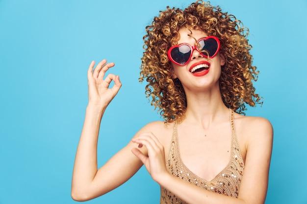 Lugar, peruca e estúdio grátis para festas de garotas encantadoras