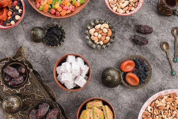Lukum árabe; baklava; datas; nozes e frutas secas para o ramadã