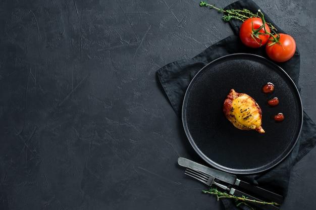 Lula assada em molho de tomate em uma placa preta