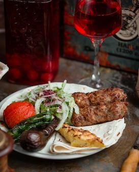 Lula de carne com legumes grelhados a carvão e lula de batata