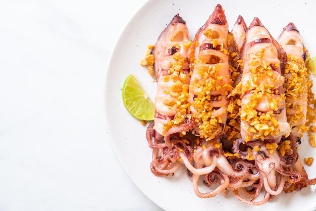 Lula frita com alho. estilo de frutos do mar
