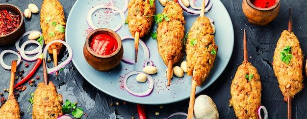 Lula kebab, carne picada no espeto e grelhada no carvão