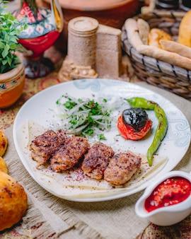 Lula kebab em tomate lavash pimenta cebola e verduras vista lateral