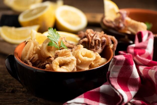 Lula tradicional italiana frita e rodela de limão, close-up