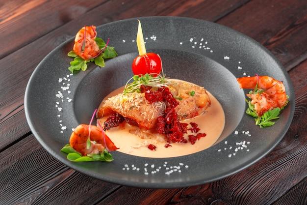 Lulas recheadas com queijo parmesão, cebola e salsa em molho de tomate