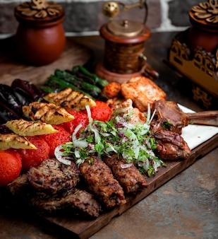 Lule kebab com legumes fritos