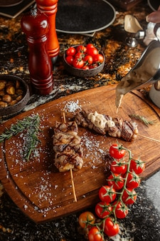 Lule kebab no palito com molho de natas por cima