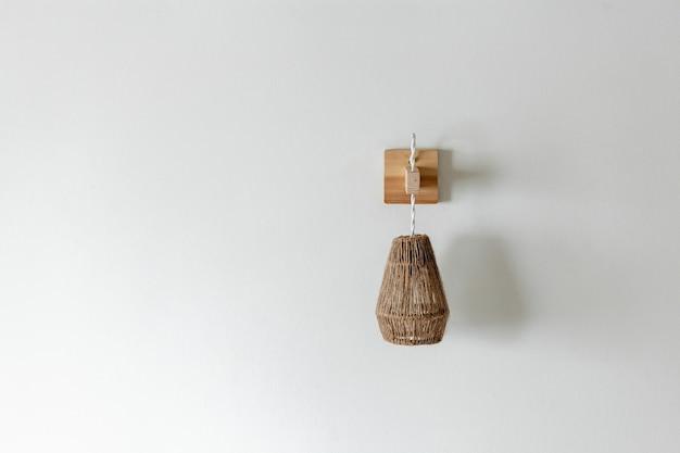 Luminária em corda de juta com suporte de parede de madeira