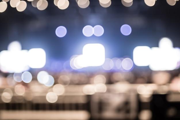 Luminosidade bokeh de fundo borrada em concerto com audiência