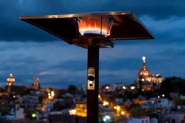 Luminoso, lâmpada, com, edifícios, em, fundo, em, anoitecer, zona, centro, san miguel allende, guanajuat