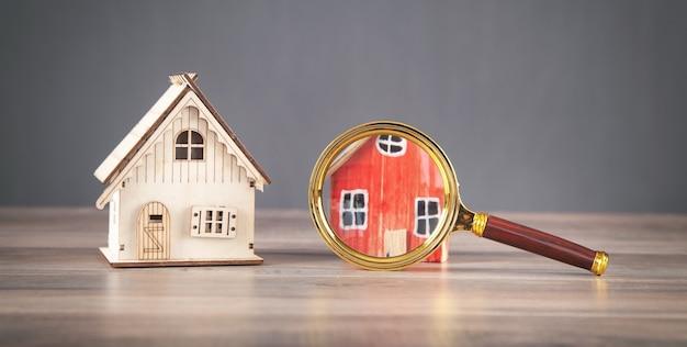 Lupa com modelo de casa. imobiliária. inspeção
